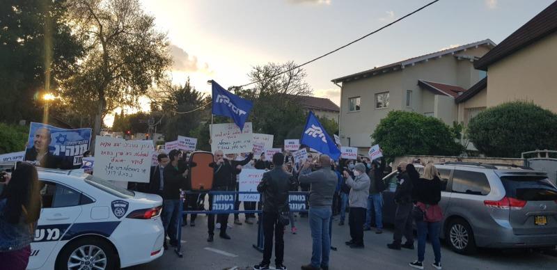 המפגינים קוראים לשקד שלא ללכת לממשלת שמאל