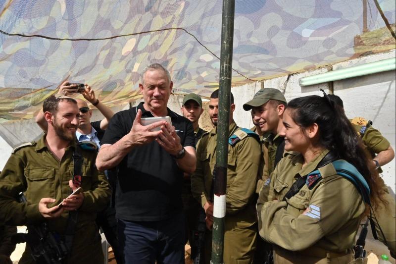 שר הביטחון גנץ עם חיילים בגבול לבנון