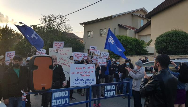 המפגינים מול ביתו של בנט