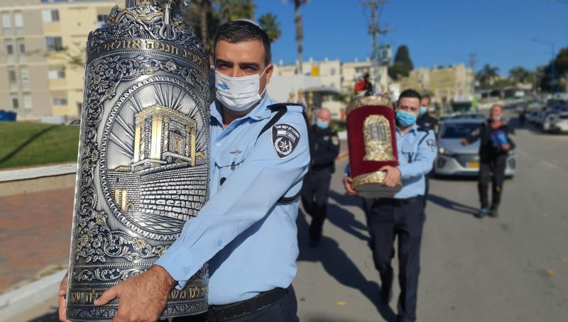 הספרים מוחזרים לבית הכנסת על ידי השוטרים