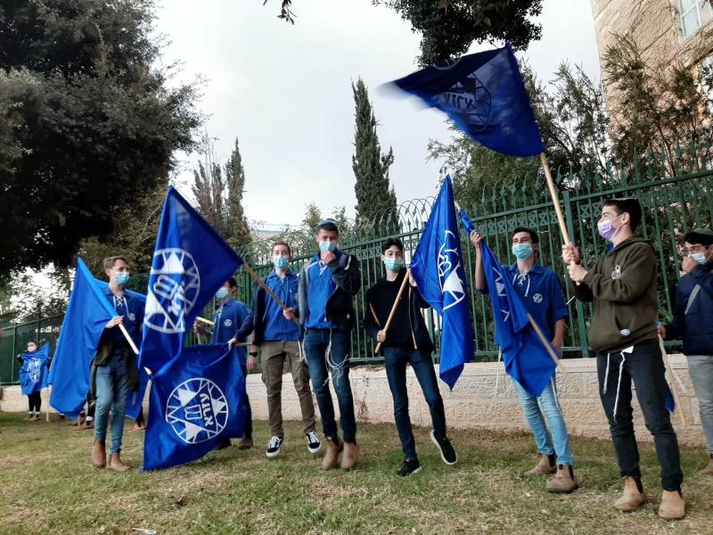 חברי תנועת עזרא מול הכנסת