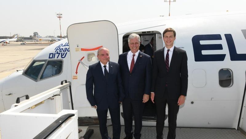 קושנר, אובריאן ובן שבת לפני המראת המטוס לאמירויות