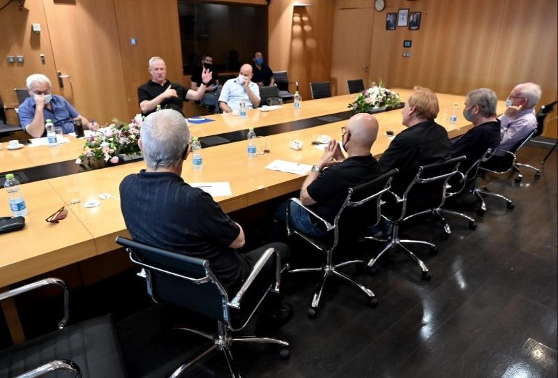 הנוכחים בפגישה עם שר הביטחון