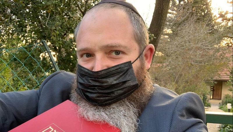 הרב חנוך גכטמן, מנהל המחלקה למאבק במיסיון בפתח דלתה של משפחה יהודית