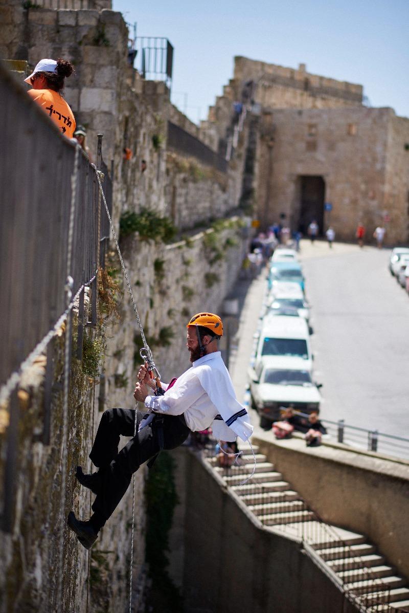 סנפלינג על חומות העיר,