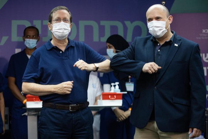 ראש הממשלה בנט יחד עם הנשיא הרצוג שהתחסן בחיסון השלישי
