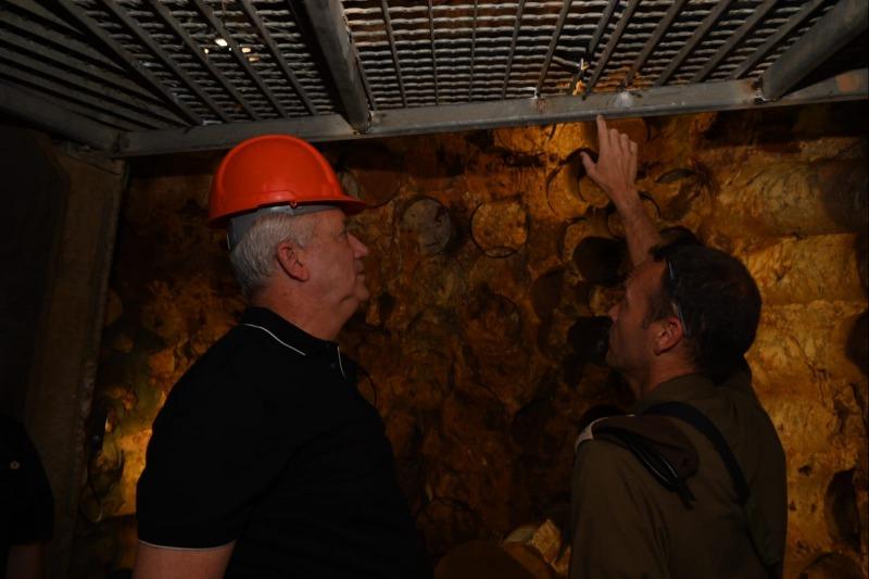 גנץ במנהרת חיזבאללה בגבול לבנון