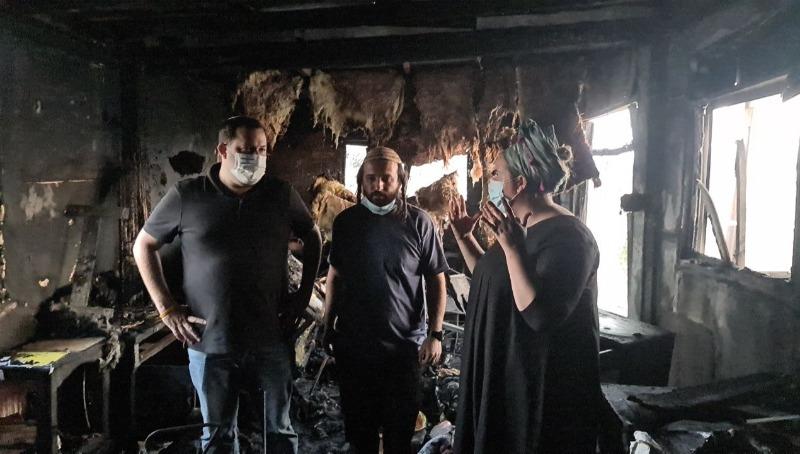 ראש המועצה האזורית שומרון עם שלום דוד והודיה מן בביתם שנשרף