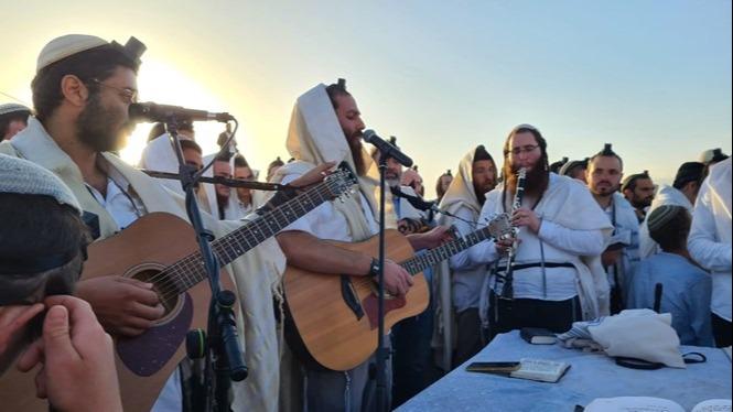 אלפים הגיעו לתפילת ההלל