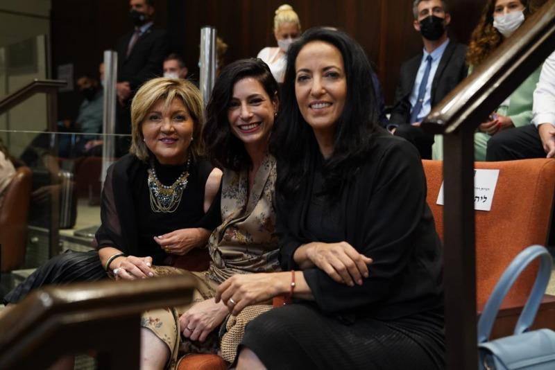 נשות הפוליטיקאים בתמונה משותפת