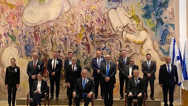 בלי הנשיא. תמונת ראשי המפלגות וארבעת סמלי השלטון