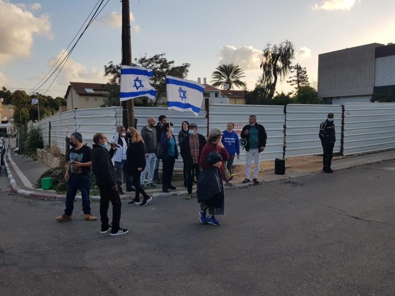 מפגינים מול ביתה של שקד