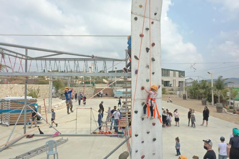 מטיילים באתר הספורט האתגרי במרפסת של המדינה