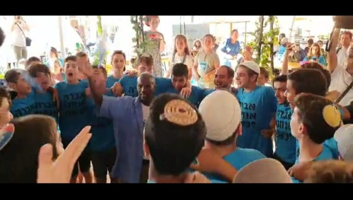 תלמידי הישיבה עם אחיו של מנגיסטו.