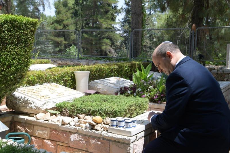 בנט בקברו של עמנואל מורנו
