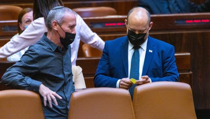 """ראש הממשלה התייצב לדיון 40 החתימות בכנסת: """"נפתלי, זה גדול עליך"""""""