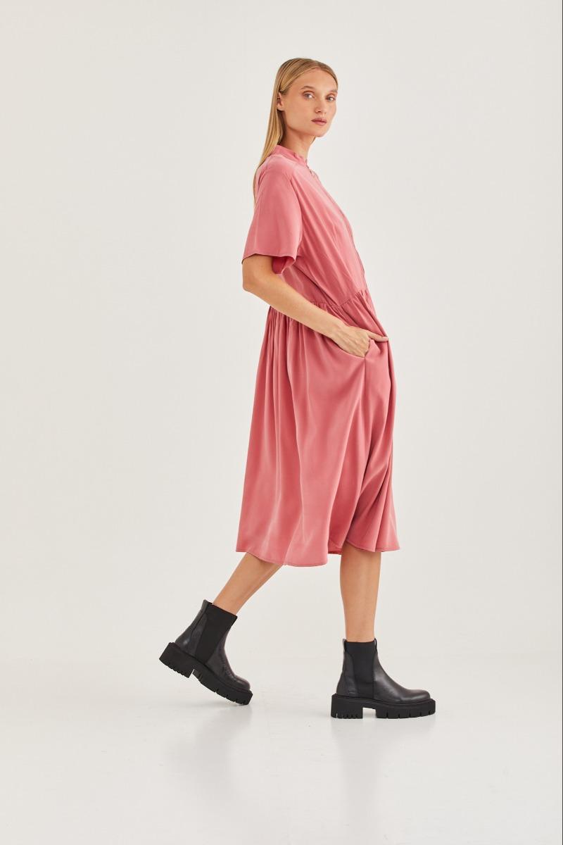 שמלת דניאל ורודה של המותג טוטון 950 שקלים