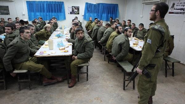 חדר אוכל צבאי. למצולמים אין קשר לכתבה