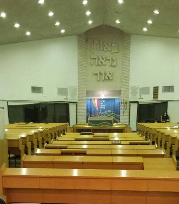 אור דלוק בבית הכנסת בשדמות מחולה