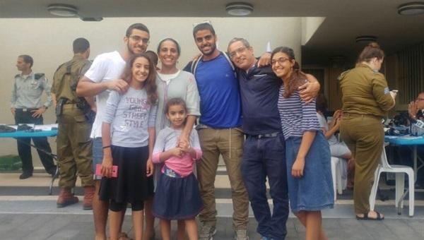 אסף ביום גיוסו עם בני משפחתו