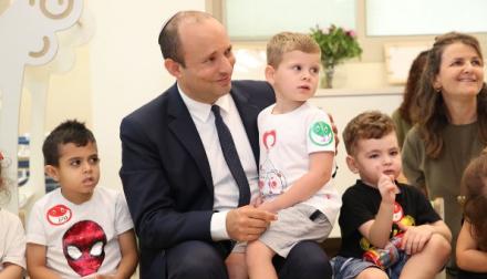 השר בנט עם ילדי הגן צילום: עודד קרני