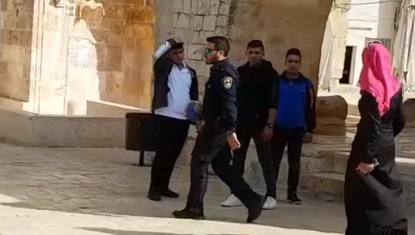 שוטר מחרים כדור בהר הבית