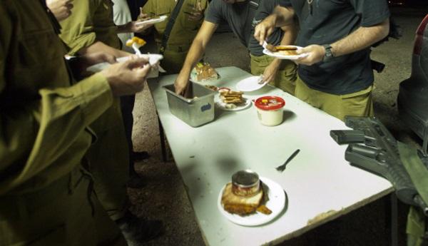 חיילים אוכלים בשטח