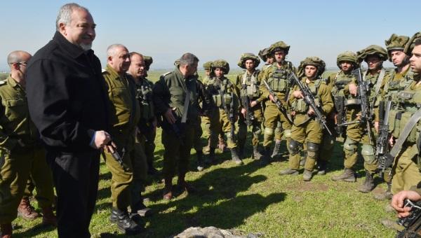השר ליברמן מבקר חיילים בעת אימון