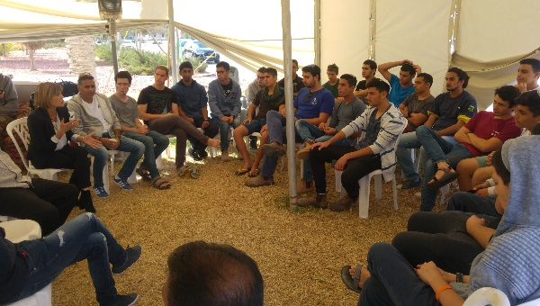 תלמידי הישיבה באוהל המחאה של עובדי