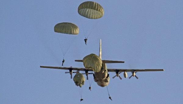 צניחה ממטוס צבאי