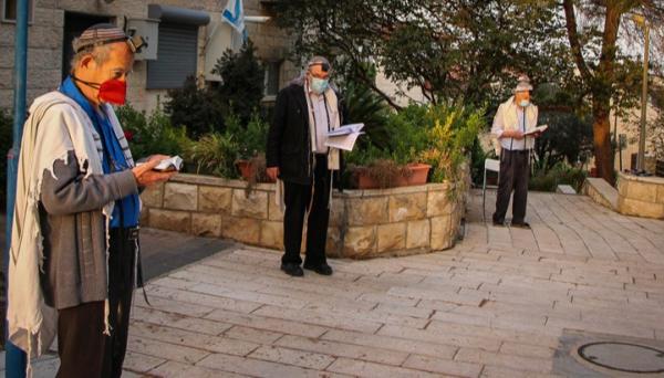 """בתי הכנסת ייסגרו? """"אם יש צורך - לשוב למנייני החצרות"""""""