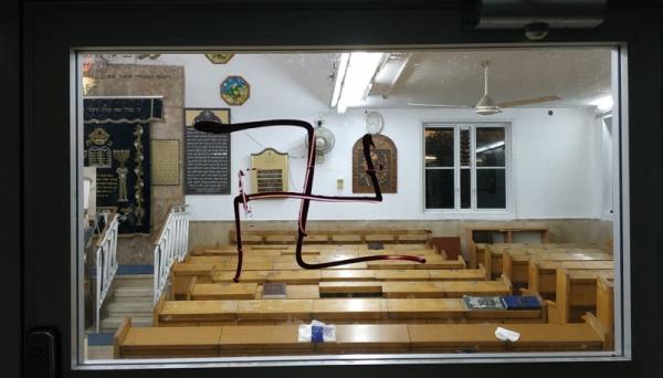 מזעזע: צלבי קרס רוססו על בית כנסת