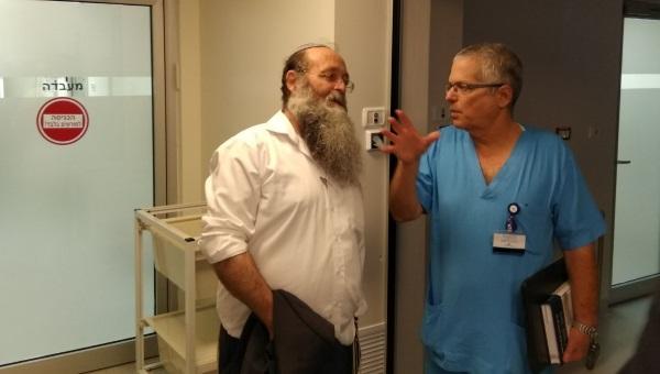 הרב בורשטיין עם אחד הרופאים