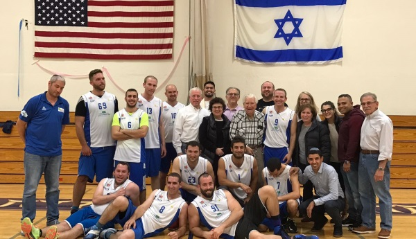חברי הקבוצה ואנשי הקהילה היהודית