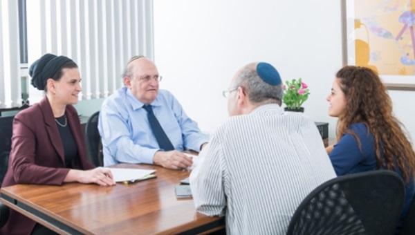 פגישת יעוץ במרכז ברטוב