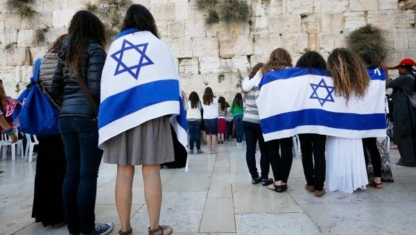 נשים עטופות בדגל בכותל