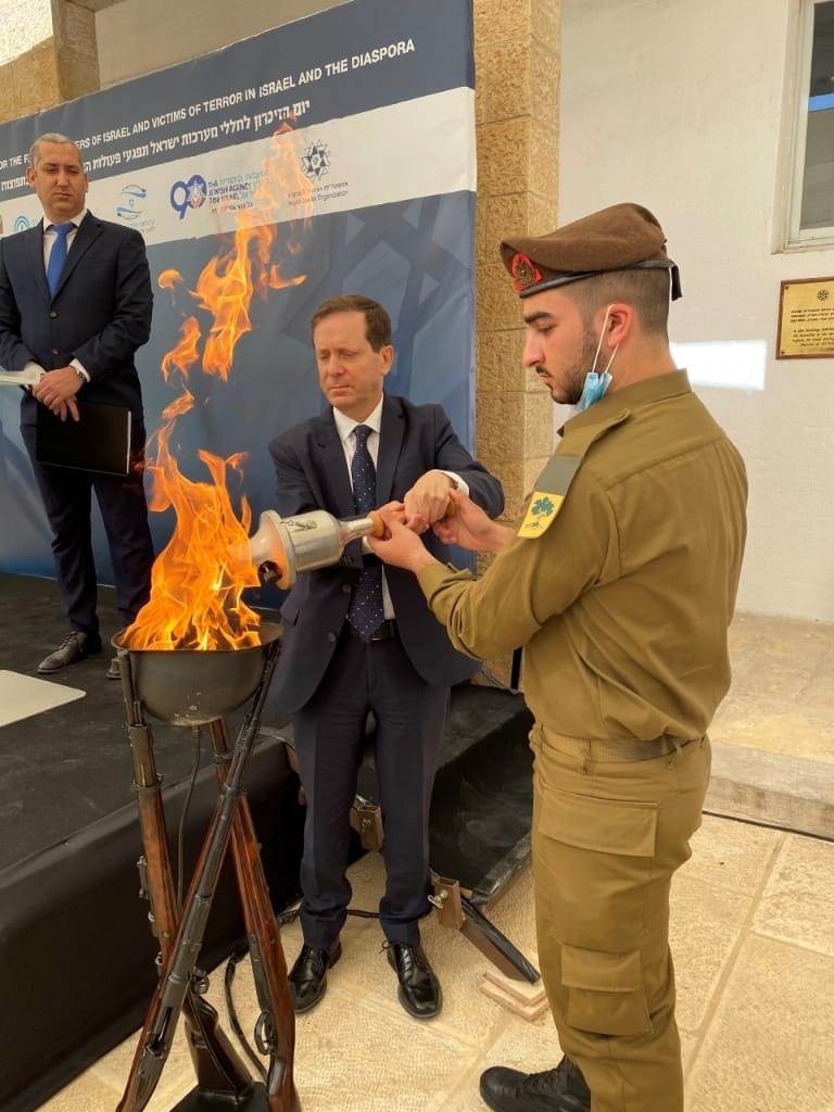 """בתמונה יו""""ר הסוכנות היהודית, יצחק הרצוג והחייל הבודד אורי חמו"""