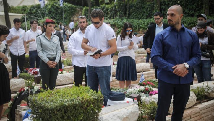 אבניר נתניהו בקברו של יוני בשנה שעברה