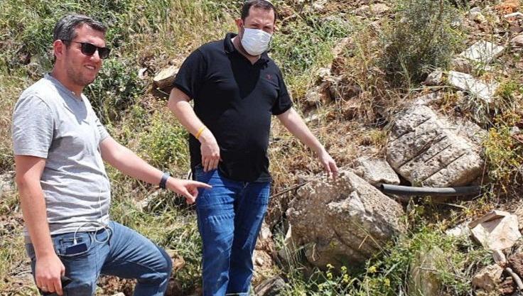 ראש מועצת שומרון ויור צופים חושפים מתחת לאדמת הגינון את פסולת הבניין