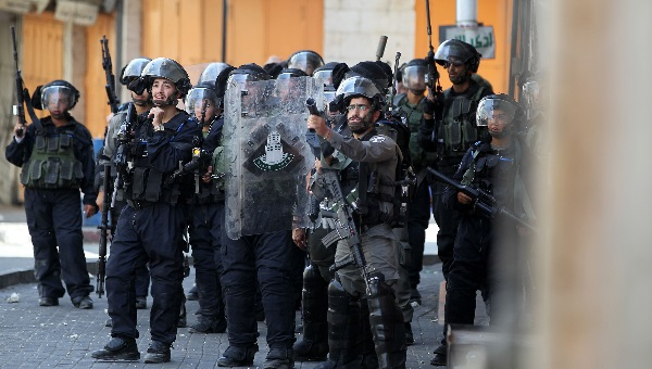 ארכיון. שוטרים מפזרים הפגנה