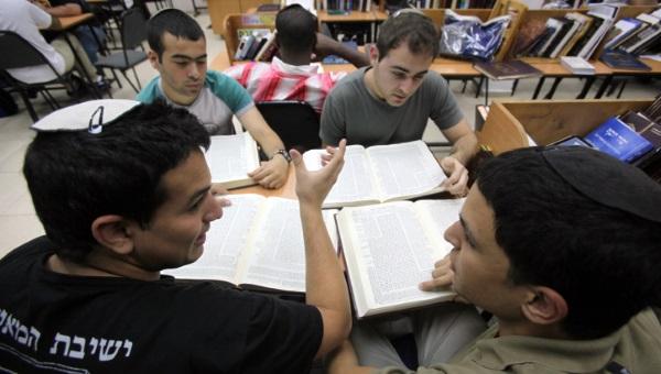תלמידי ישיבה. למצולמים אין קשר למאמר