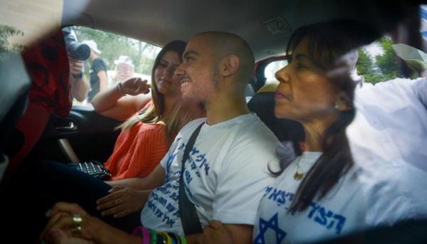 אזריה ובני משפחתו לפני הכניסה לכלא