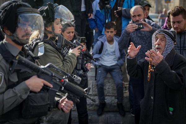 """כוחות מג""""ב מול מפגינים בשער שכם"""