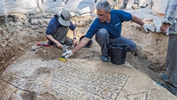 חושפים את הכתובת העתיקה