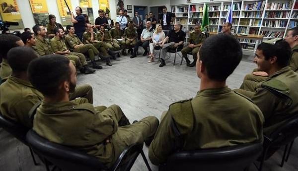 חיילי גולני בשיחה עם ראש הממשלה ורעייתו