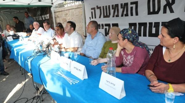 ראשיהרשויות והמשפחות השכולות במאהל המחאה
