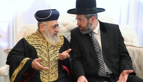 הרב לאו והרב יוסף בהתייעצות