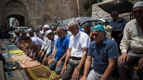 תפילה מוסלמית מחוץ להר הבית