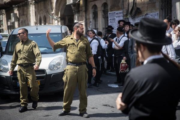 שוטרים וחיילים במאה שערים