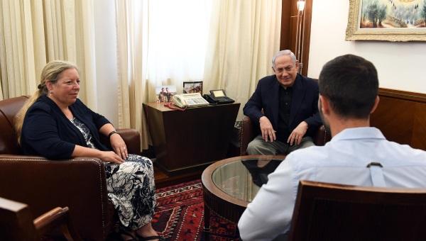 נתניהו בפגישה עם השגרירה ומאבטח השגרירות